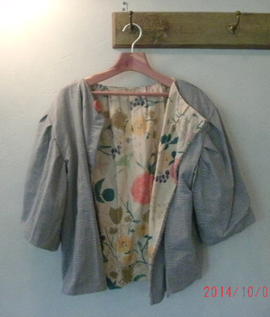 イタリア製のウールのジャケットです、内側には花柄の生地でアクセントを加えました、ショート丈です。