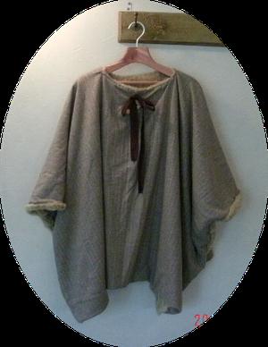 イタリア製のウールとフェイクファーのマントです、リボンを付けるとガーリィにもなりますが、外せばシンプルに着れます、真冬でも暖かいです。