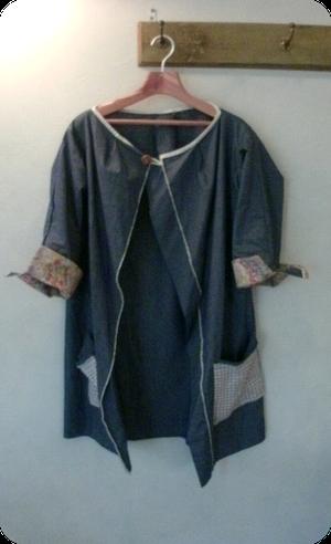 デニムのハーフコートです、シャツ風に羽織るタイプで便利です、袖口にはリバティ生地を使いました。