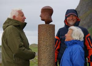 Familie Hansen in Eggum beim «hode» des Schweizer Künstlers Markus Rätz. Annette fehlt leider. © Renée Hansen