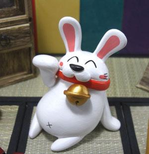やる気の無い招きウサギ