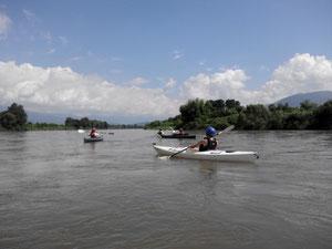 安定感のある大きなカヌーで優雅に♪川旅は人生を変えます。