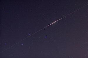 """Iridium-Flare des Kommunikationssatelliten """"Iridium 13"""" im Sternbild Cassiopeia - 2009 (wikipedia, Andreas Möller)"""