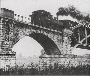 Dampflok auf der alten Eisenbahnbrücke über dem Main in Schweinfurt