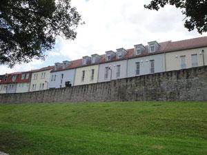 Die historische Häuserreihe oberhalb der Stadtmauer