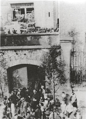 Entlassung von Fritz Soldmann am 01. Mai 1933 aus der Schutzhaft (im Torbogen) Foto: Stadtarchiv