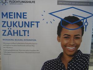 Ein Plakat beim Stand des Wolfsburger Volkswagenwerkes