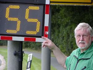 Zu schnell! Klaus Seiffert von der Wolfsburger Verkehrswacht misst die Geschwindigkeit