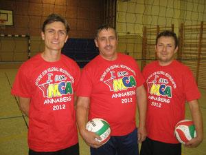 Ein T-Shirt von den Deutschen CVJM Volleyball Meisterschaften für drei Kümmerer: Marcio Holzer (von links), Valerie Seifried und Artur Stark