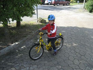 Moralischer Auftrieb: Auch der vierjährige Matthäus Holzer trat für Kinder und Jugendliche in die Pedale
