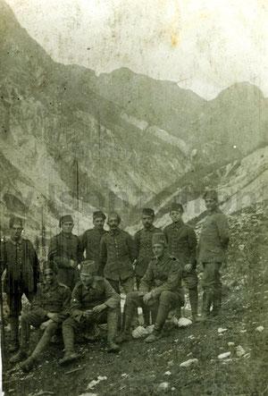 Deutsche Soldaten mit Fez in den Bergen oberhalb des Lagers Pustina bei Bovec. Sammlung www.Isonzofront.de