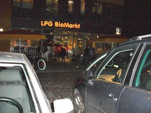 """""""De Overflødiges"""" tag-selv-aktion ved LPG øko-supermarked i Berlin"""