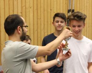 Michael Augustin (links) übergibtz den Pokal an Darius Baumann (rechts)