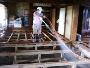 8か月たった今も床板をはがした状態の家屋。