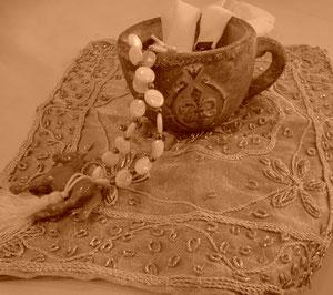 インドのザリ刺繍とシャビーなカップ、馬モチーフのタッセル付きネックレス