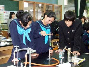 公開授業で実験に取り組む生徒たち=17日午後、川平小中学校
