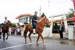 種子取祭で行われた恒例のカタバル馬=8日午前、大阿母御嶽
