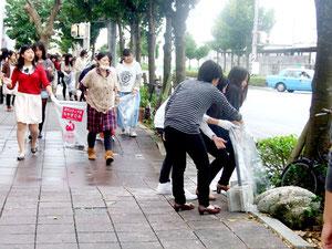 市街地の清掃活動に取り組んだ奈良文化高校の生徒たち=23日午前、美崎町