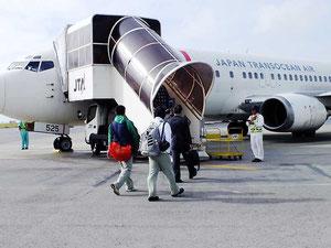 与那国行きJTA便に乗り込む乗客(7日午前)