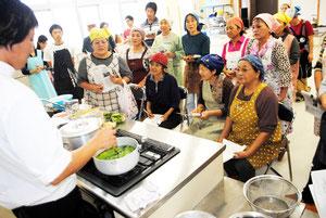 原田さんからピパーツの葉の調理法を学ぶ講座参加者=29日午後、市健康福祉センター