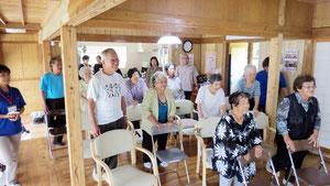 インターネットを使った体操教室が行われた=9日、黒島ゆくい処(町介護福祉課提供)
