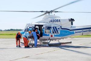 昨年5月、通算2500回を達成した急患搬送のヘリ(石垣空港)