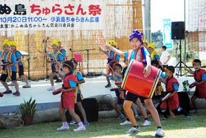 小浜小児童のエイサーなど、多彩なステージイベントでにぎわった「かふぬ島ちゅらさん祭」=20日午前、ちゅらさん広場