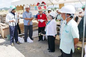 新八重山病院建設現場を視察する県議会文教厚生委員会のメンバーら