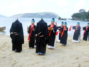 祖納独特のアンガー行列=6日午前、前泊海岸