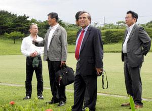 スポーツ施設を視察する(左から)大川原代表、マヌエル氏、今井ヘッドコーチ=サッカーパークあかんま