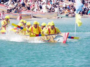 本バーリー、団体、マドンナと多彩な爬龍船競漕が行われた=石垣漁港