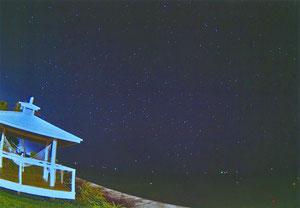 満天の星を見ることができる「海辺のテラス」=新川、(石垣島天文台の宮地竹史・副所長提供)