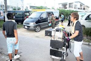 八重山を舞台にした映画「サンゴレンジャー」のロケが八重山日報社で行われた。スタッフ50人が協力し、新聞社のシーンを撮影した=石垣