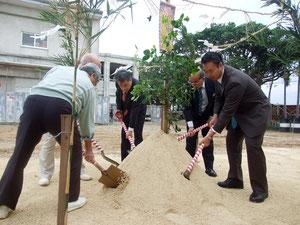黒島小中学校の起工式でクワ入れを行う関係者ら=2日午前、同校