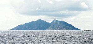 中国が実効支配の奪取を図る尖閣諸島の魚釣島(石垣市提供)
