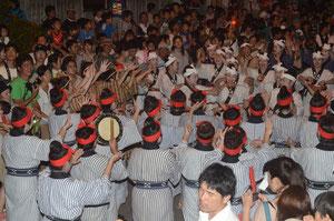 大綱引きの前、婦人らによるガーリー(歓喜の手踊り)で力勝負の気分を盛り上げた=新川