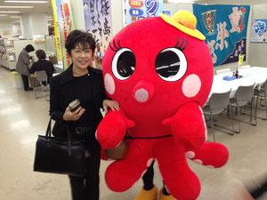 日間賀島のゆるキャラ『たこみちゃん』とツーショット
