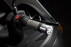 スロットル操作は通常のエンジン搭載スクーターと何ら変わらない。回生ブレーキはスロットルを閉じた位置よりも、さらに押し込むように操作する