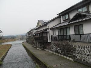悠然亭跡。改装しているが、形は当時のまま。  三隈川の流れと中州の亀山の絶景が望めるという。