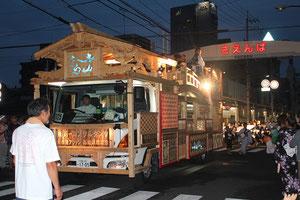 前方に立っている男性が地方車を製作した大工の西岡辰男さん。