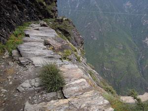 Pfad in der Tigersprung-Schlucht (unten im Tal der Yangtze)