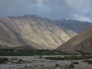 Durch dieses Flusstal geht die Strasse auf das Pamir Plateau