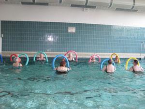 Wassergymnastik in der Schwimmhalle