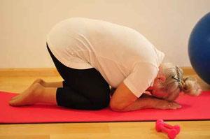 Seniorin auf der Yoga Matte