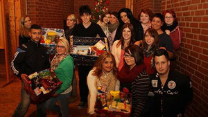 Unterstützung für die Aktion der Dürener Tafel: Die Schüler des Nelly-Pütz-Berufskollegs packen Weihnachtskisten. Foto: Johnen