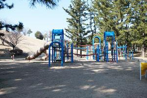 子供専用広場の1番人気は複合遊具です