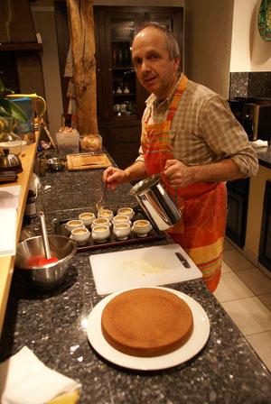 Jean préparant des mini-cocottes de flan de foie gras pour le réveillon.