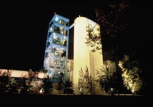 La grande cheminée Vicat dans la nuit