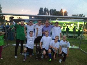 Unser erfolgreiches Team mit dem Pokal