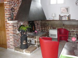 chaleur rustique d'une cheminé alliant le fer et la brique gîte rural Saint Quentin Aisne Laon Noyon Compiegne Peronne